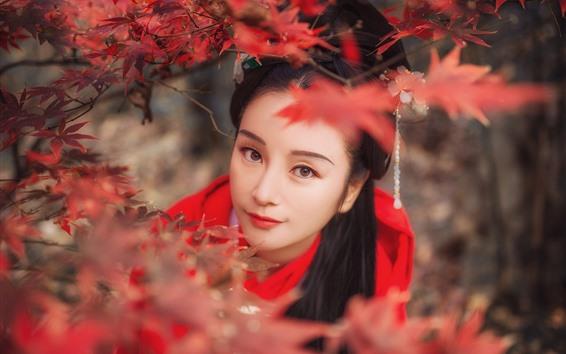 Обои Красивая девушка смотрит на тебя, ретро стиль, красные кленовые листья