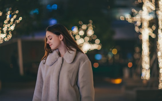 Fond d'écran Sourire fille, manteau, nuit, lumières, brumeux