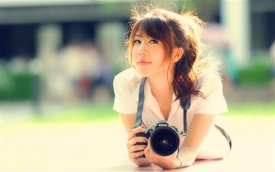 Обои Азиатская девушка, улыбка, фотоаппарат, солнечный свет