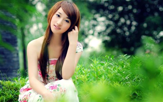 Обои Красивая молодая азиатская девушка, юбка, зеленые растения, лето