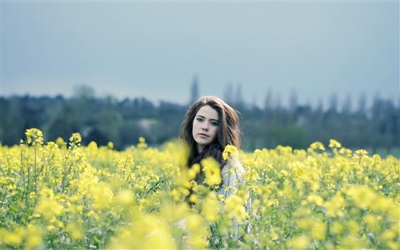 Fond d'écran Fille dans le champ de fleurs de colza