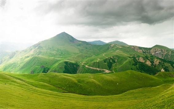 Обои Красивый зеленый пейзаж природы, горы, трава, облака