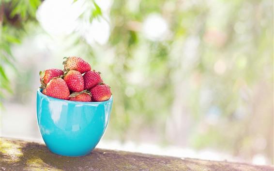 Fond d'écran Tasse bleue, fraises