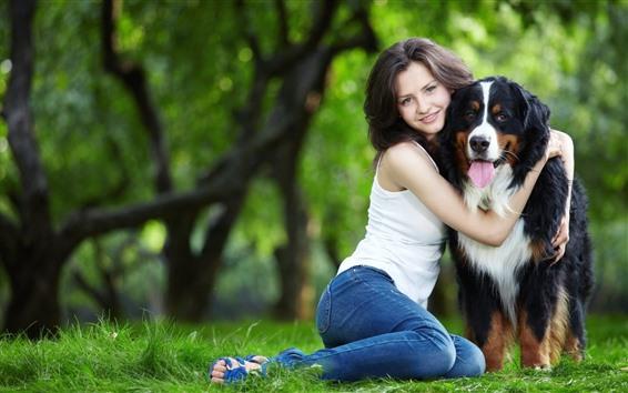 Fondos de pantalla Niña feliz y su perro, abrazo, hierba