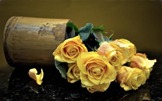 Обои Желтые розы, лепестки, букет, ваза