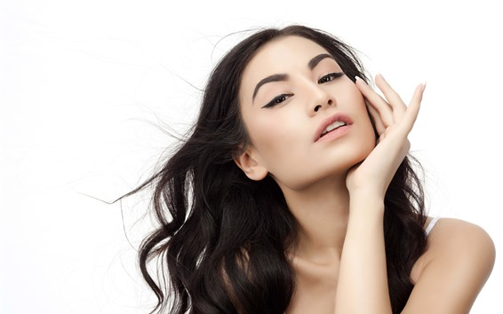 Fond d'écran Fille de mode cheveux noirs, pose, fond blanc