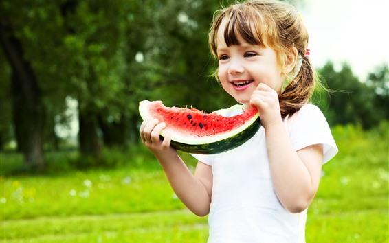 Обои Счастливая маленькая девочка ест арбуз