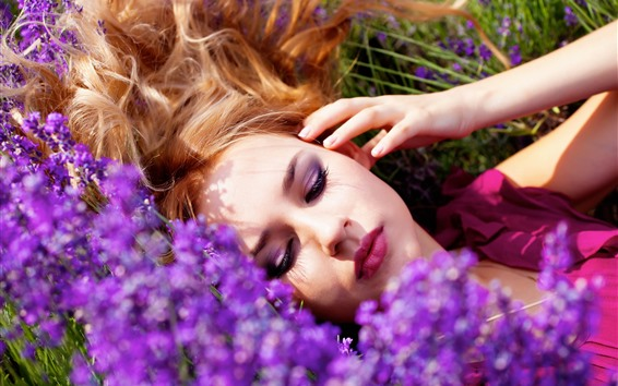 Обои Спящая девушка, лаванда, солнце