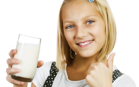 Papéis de Parede Sorriso menina loira, leite