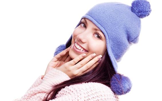 Fond d'écran Fille heureuse, chapeau, fond blanc