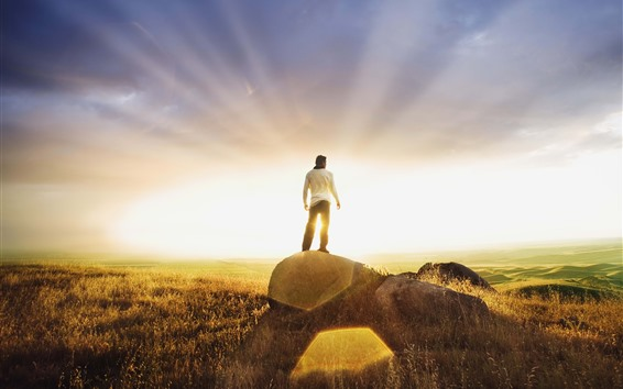 Fond d'écran Homme, roche, rayons du soleil, éblouissement, herbe