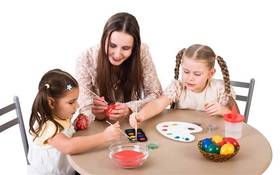 壁紙 母と娘、イースターエッグを塗る