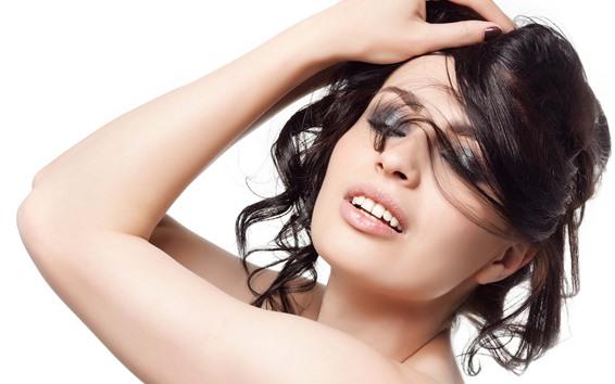 Fond d'écran Fille cheveux noirs, mode, pose, fond blanc