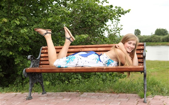 Fondos de pantalla Sonrisa chica rubia, banco, feliz