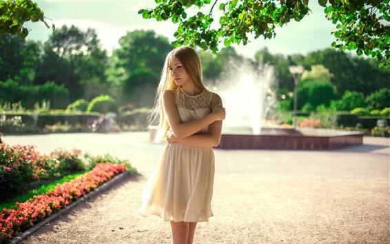Papéis de Parede Garota loira, fonte, saia branca, verão