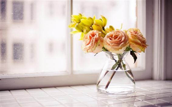 壁紙 淡いピンクのバラ、黄色い花、花瓶、ウィンドウ