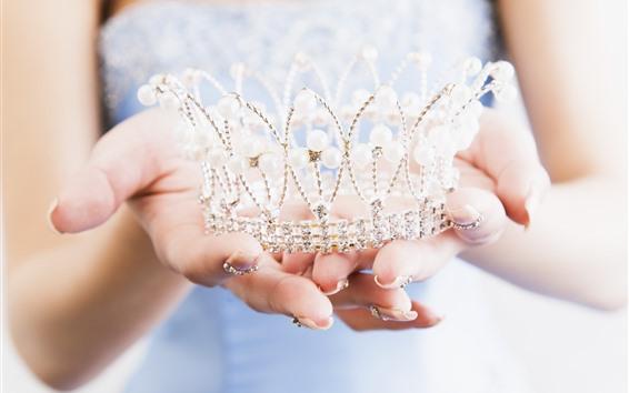 Обои Корона принцессы, руки