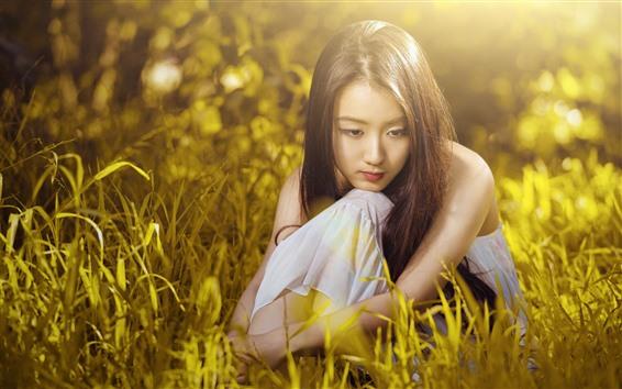 Обои Грусть азиатская девушка, зеленая трава, солнышко