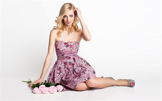 Fond d'écran Belle fille blonde, pose, roses roses