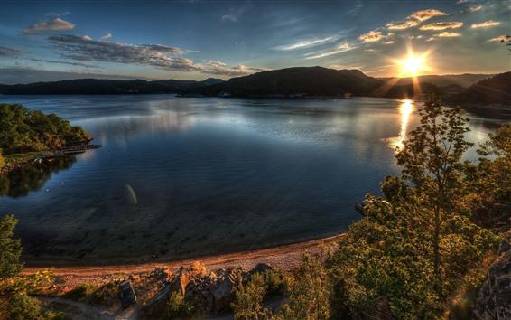 壁纸 湖泊,山脉,海岸,树木,阳光,眩光