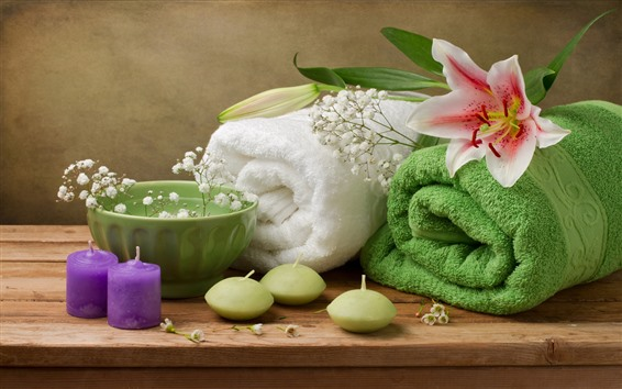 桌布 兩塊毛巾,碗,蠟燭,百合