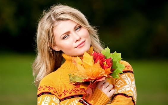 Обои Блондинка, улыбка, разноцветные кленовые листья, осень