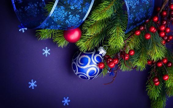 Fond d'écran Boules de Noël bleues, brindilles, baies, ruban, flocons de neige