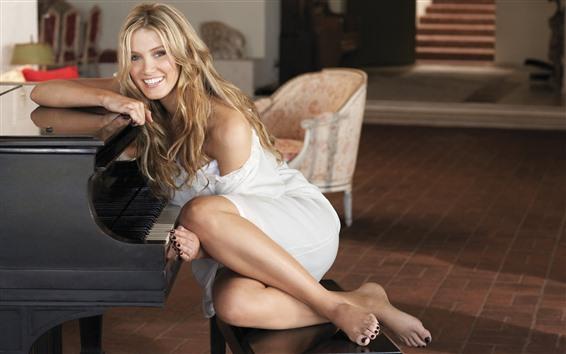 Обои Счастливая блондинка, фортепиано