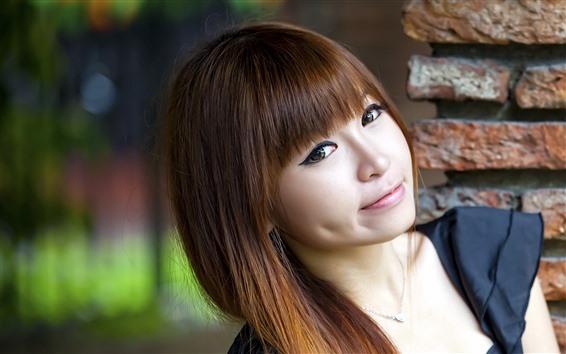 Fond d'écran Sourire fille asiatique, cheveux longs, fond brumeux