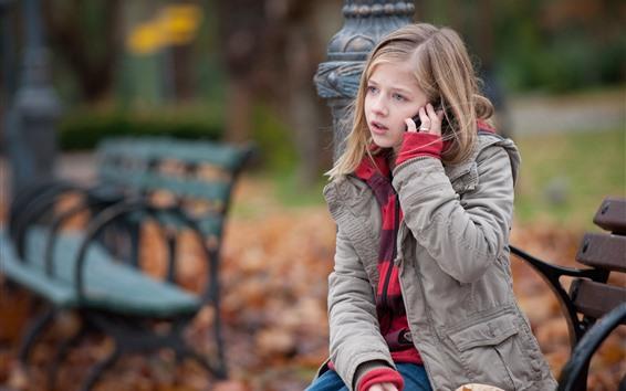 壁紙 小さな女の子、電話を使う