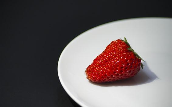 Fond d'écran Une fraise gros plan, assiette