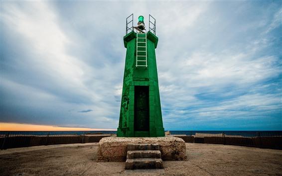 壁紙 緑の灯台、青い空、雲