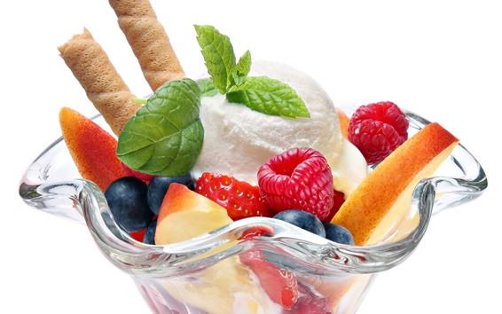 Fond d'écran Crème glacée, coupe en verre, baies, fond blanc