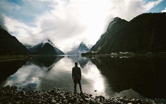 Fond d'écran Lac, homme, pierres, montagnes, nuages, crépuscule