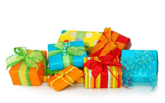 壁紙 いくつかの贈り物、カラフルなボックス、白い背景