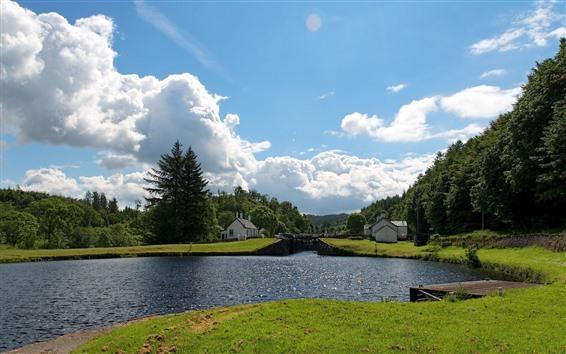 Papéis de Parede Verão, rio, casas, aldeia, árvores, nuvens, céu azul
