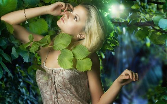 Fond d'écran Fille blonde, feuilles vertes, soleil