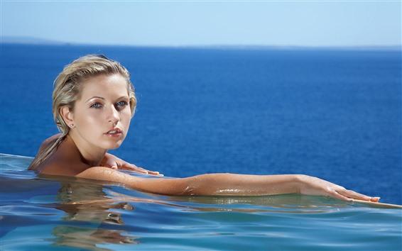 Fond d'écran Fille blonde, mains, natation, piscine, mer