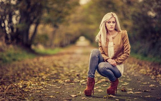 Обои Блондинка, поза, осень, туманная