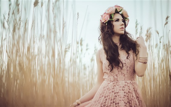 Обои Девушка с каштановыми волосами, венок, юбка, трава