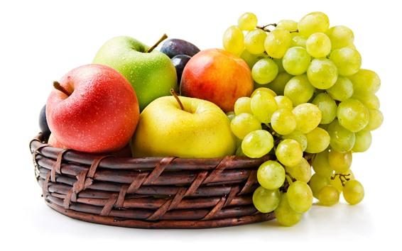 Обои Зеленый виноград, яблоки, корзина, белый фон
