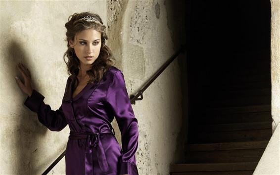 Papéis de Parede Menina vestido roxo, coroa, escadas