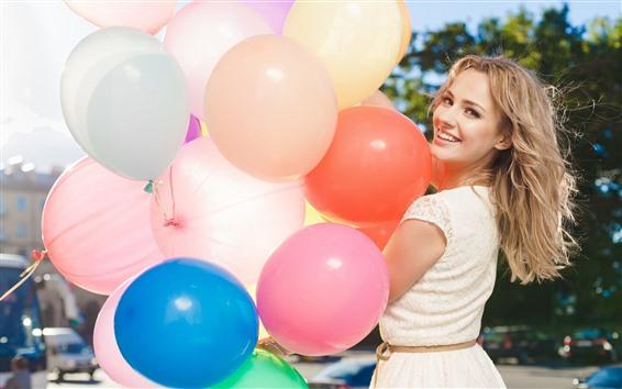 Обои Улыбка блондинка, оглянуться назад, разноцветные воздушные шары
