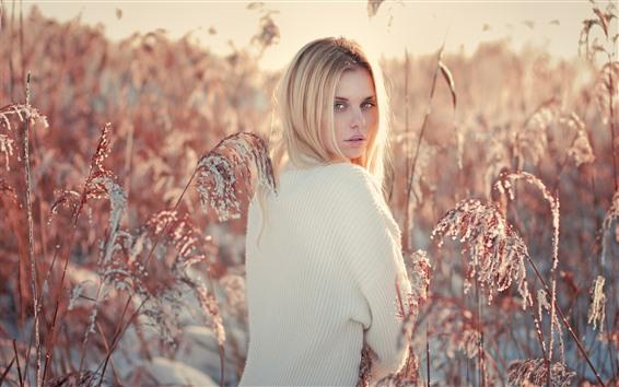 Обои Блондинка оглядывается назад, тростник, снег, зима