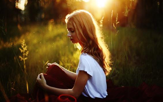 Papéis de Parede Menina loira sentada na grama, sol, luz de fundo