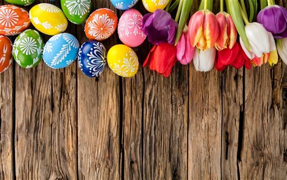 壁紙 カラフルなイースターの卵、チューリップ、木の板