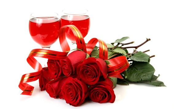 Обои Красные розы, вино, стеклянная чашка, белый фон