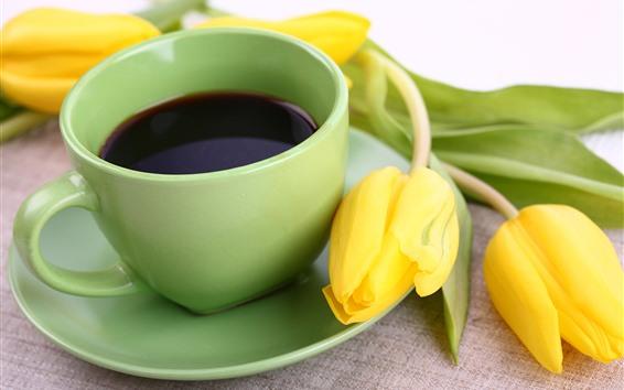 壁紙 黄色いチューリップ、コーヒー、緑のカップ
