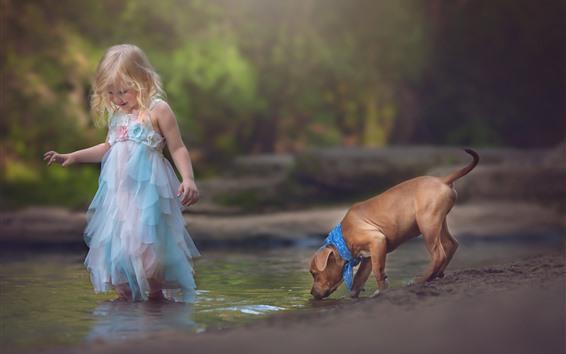 Обои Счастливая маленькая девочка, ребенок, собака, играть в воду