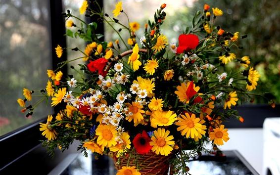 壁紙 赤いポピー、黄色と白のデイジー、花、窓